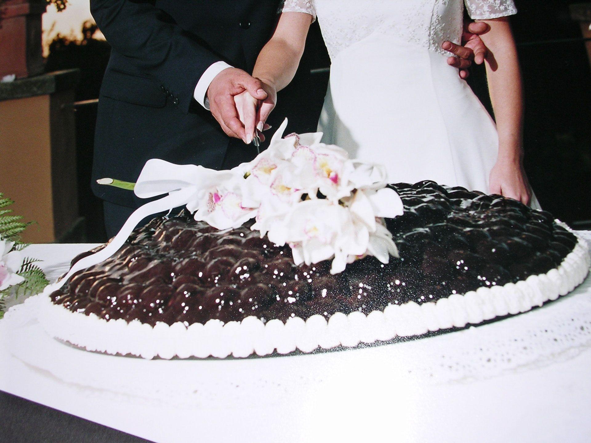 Classico intramontabile: Wedding Profiteroles con cascata di fiori ...