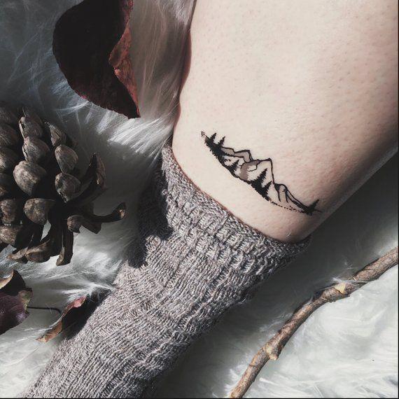 Photo of Chaîne de montagnes et pins, tatouage temporaire, ligne noire, tatouage nature – #