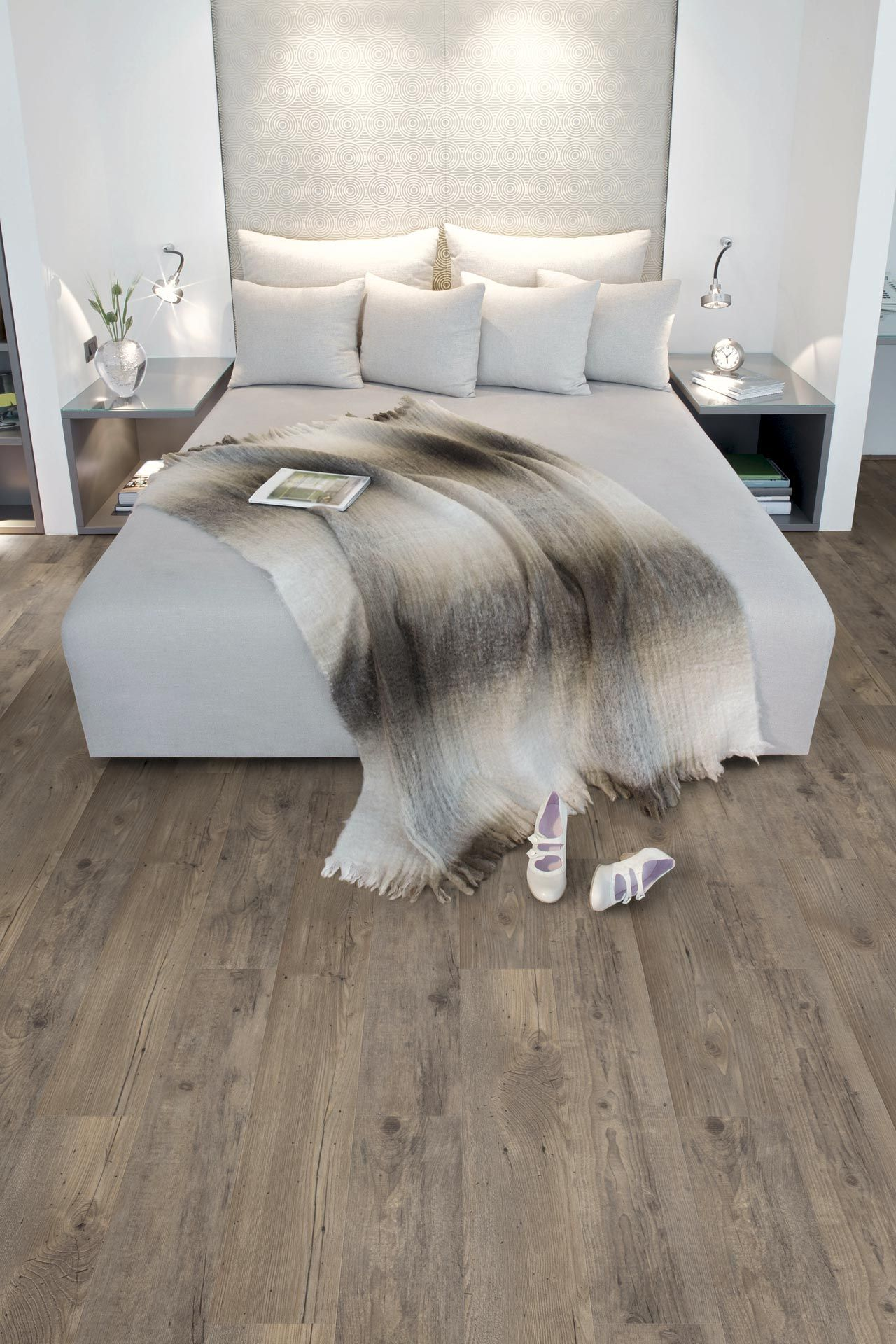 slaapkamer in natuurlijke kleuren de kop van het bed past samen