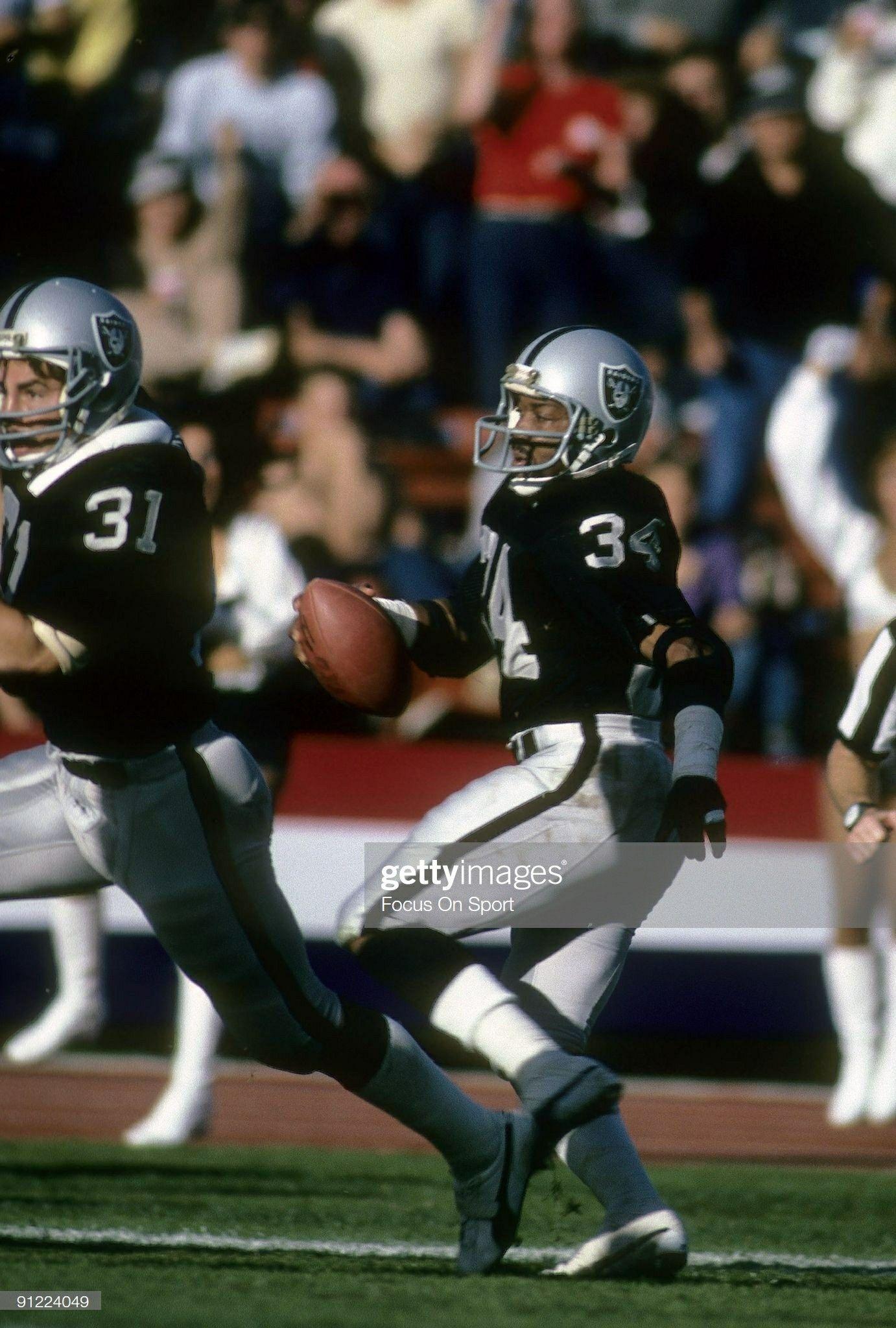 Running Back Greg Pruitt 34 Of The Los Angeles Raiders Oakland Raiders Raiders Football Raider Nation