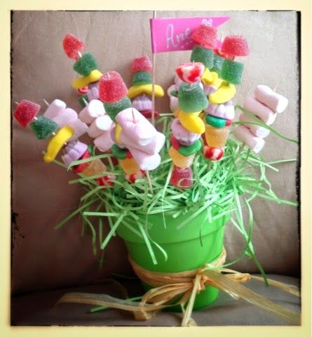 Un tiesto lleno de brochetas de dulces ¡Una idea genial para fiestas!