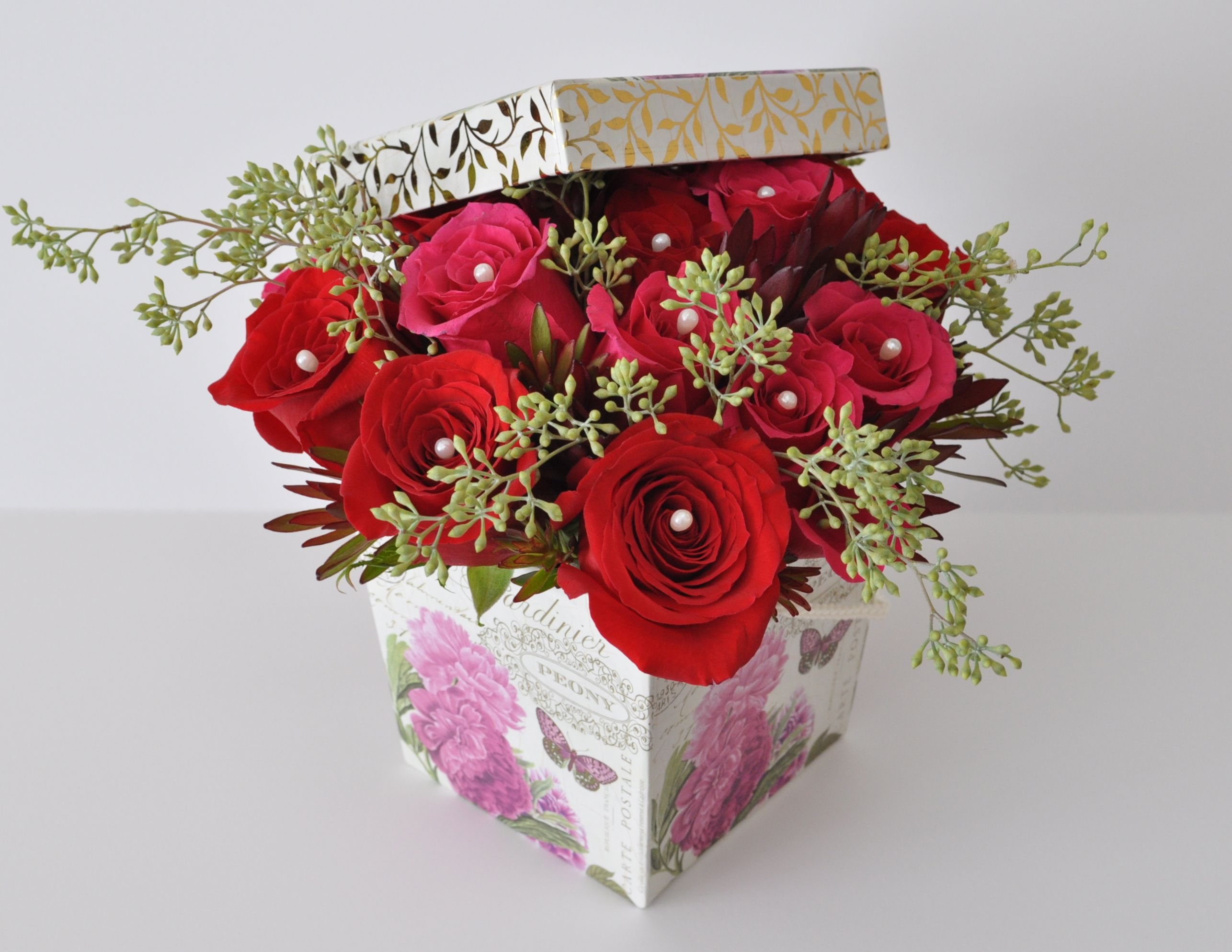A Pretty Flower Box For The Valentine S Day If You Want To Go Beyond A Dozen Of Roses Red And Pink Roses De Valentines Flowers Flower Boxes Red And Pink Roses