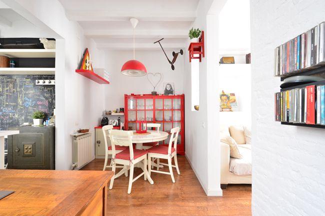 赤白のインテリアでまとめたキュートな二人暮らしインテリアルーム実例画像