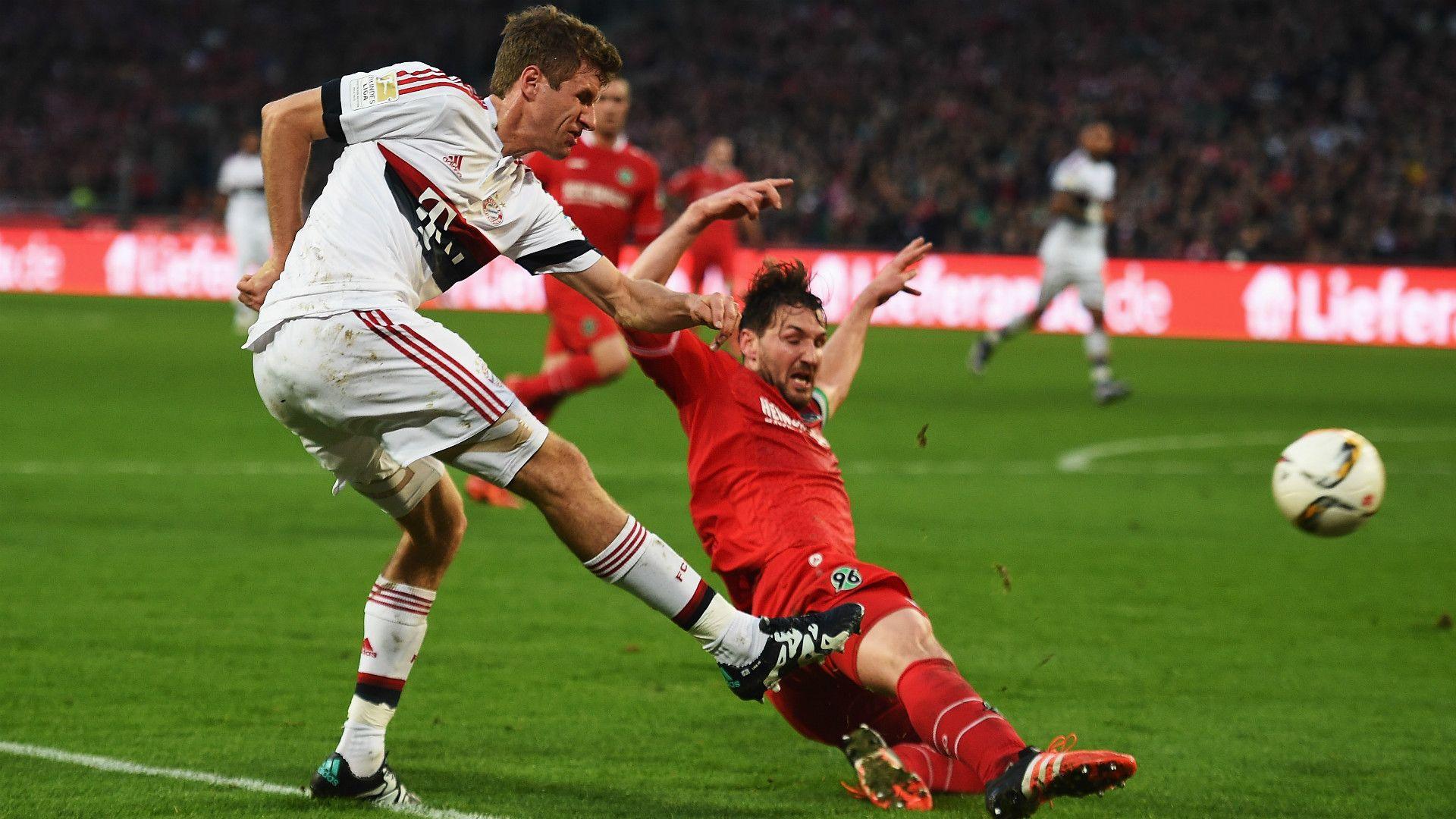@Bayern baut gegen Hannover 96 die Tabellenführung aus. Thomas Müller bescherten dem FC Bayern vor 49.000 Zuschauern in der ausverkauften HDI Arena durch einen verwandelten Handelfmeter mit 1x0 in Führung. Es war bereits der 14. Saisontreffer des Nationalspieler, der damit einen persönlichen Rekord aufstellt. Für Hannover war es der sechste Gegentreffer vom Punkt - Ligahöchstwert mit Gladbach #9ine