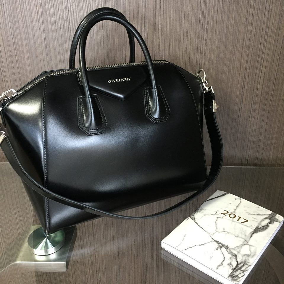 Add A High Impact Finishing Touch To Your Look With Givenchy S Medium Antigona Tote We Have This One Available To B Givenchy Bag Designer Bags Online Givenchy