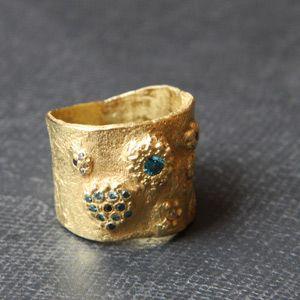 Anneau large or  jaune et diamants bleus....