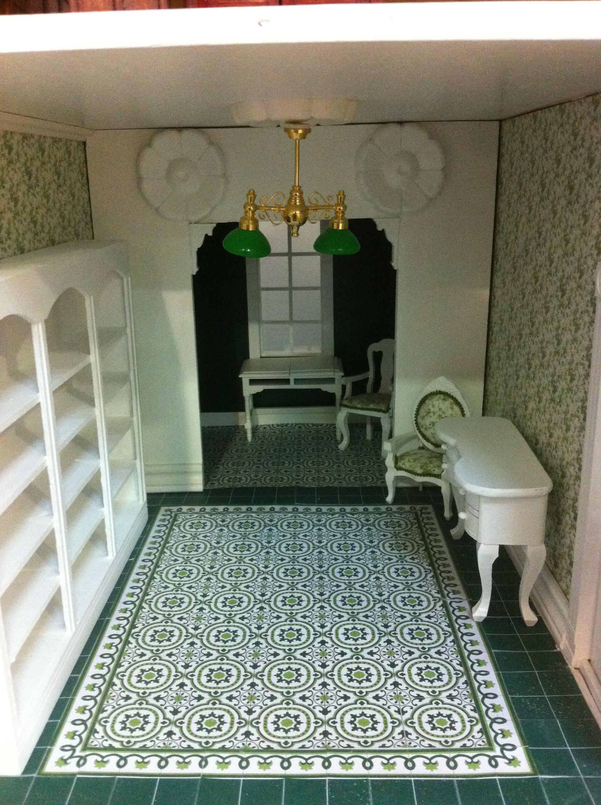 Trabajando en el despacho de una de las casas de muñecas que estamos decorando en el taller UNO:DOCE, en esta caso es una casa americana abierta por detrás.