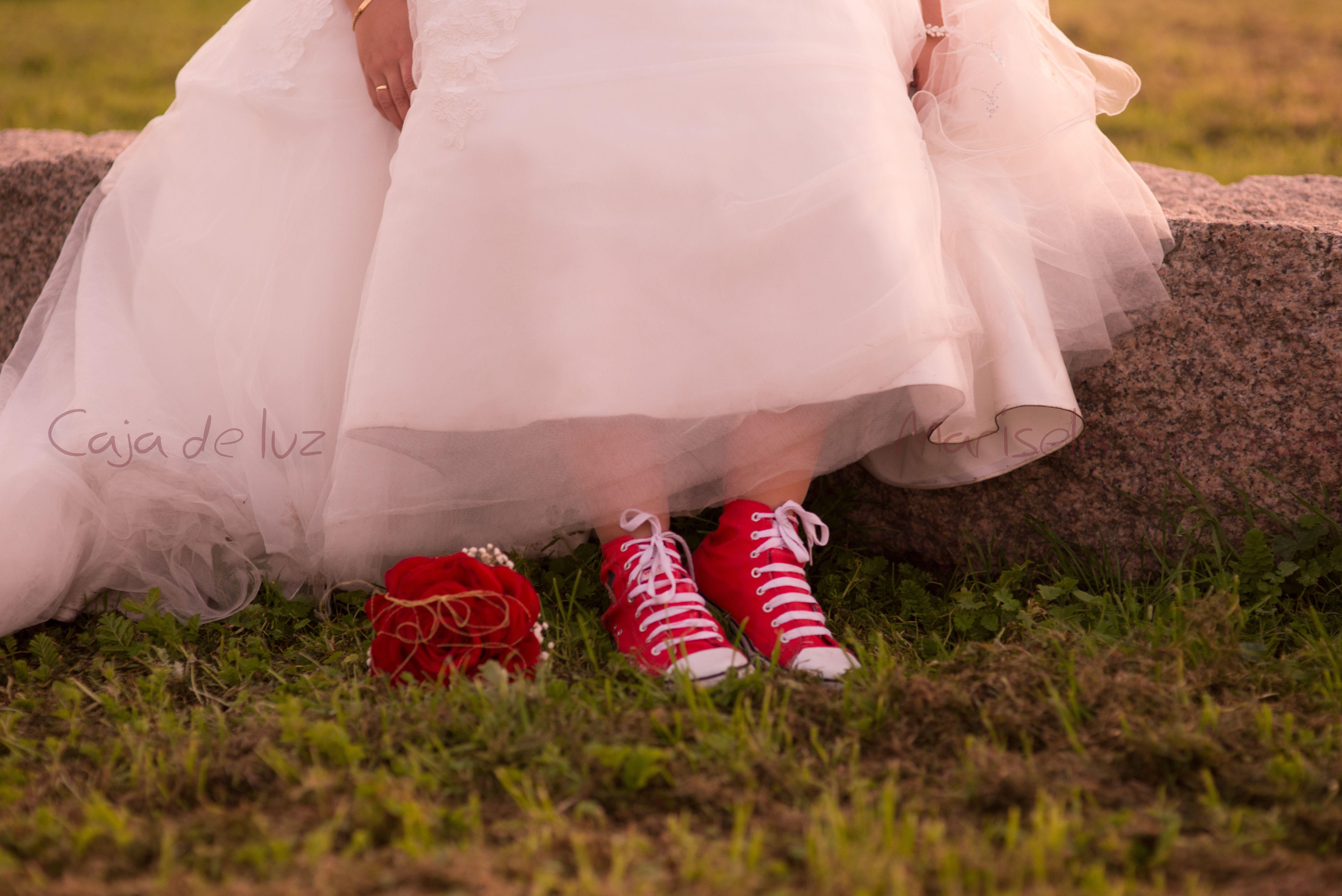 Converse rojas como alternativa a los tacones   Cuqui boda ...