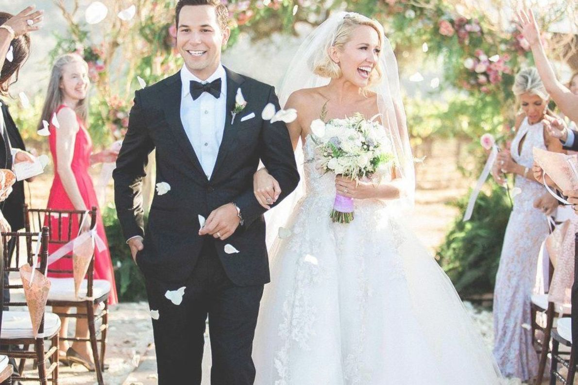 All The Details On Anna Camp And Skylar Astin S Pastel Floral Wedding Cake Hochzeitsfeier Ideen Hochzeitsfoto Idee Skylar Astin
