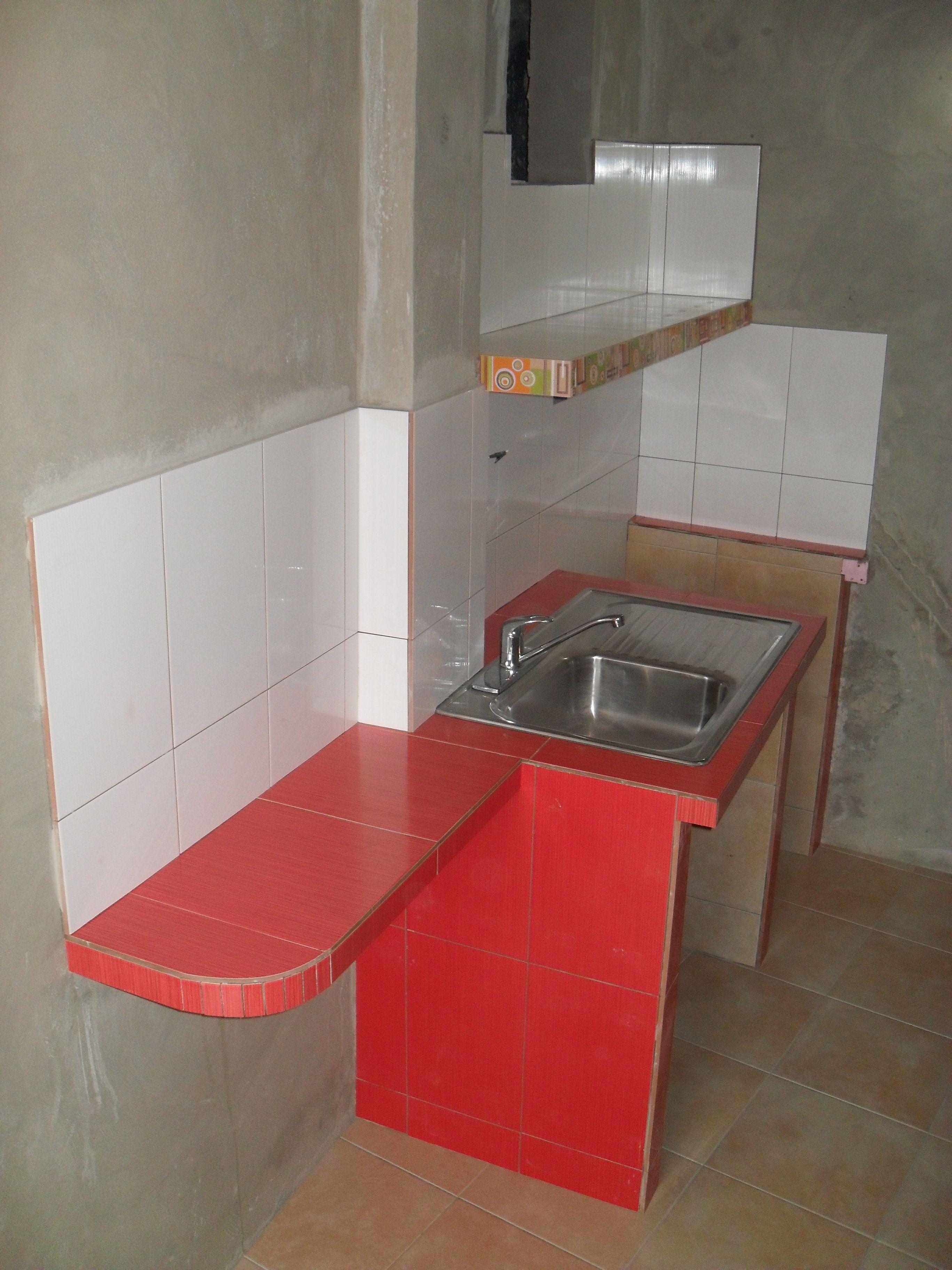 Una mini cocina para pequeños espacios, mampostería cubierta con ...