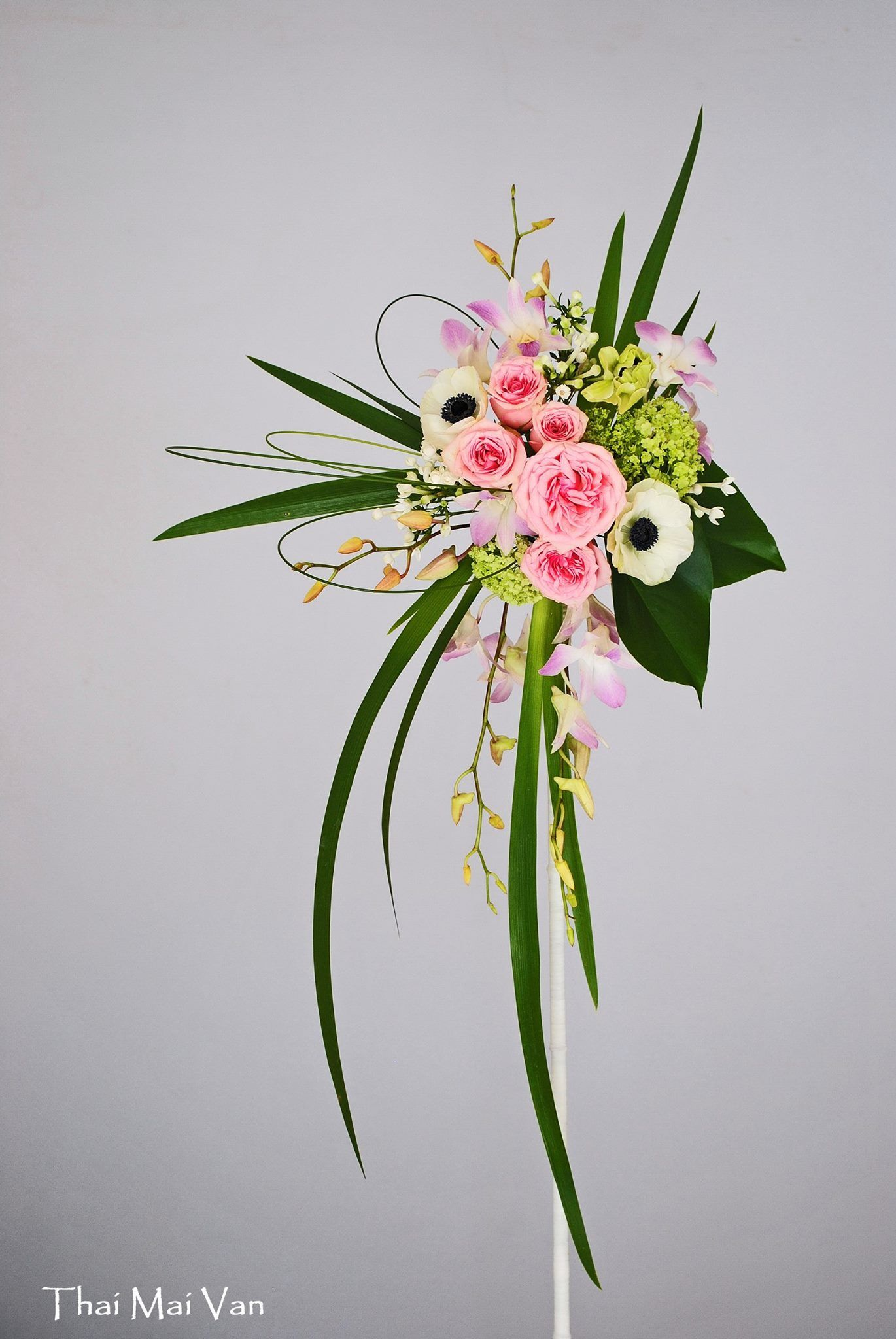 Floral Arrangements, Contemporary Flower Arrangements, Flower Designs, Etre Present, Hand