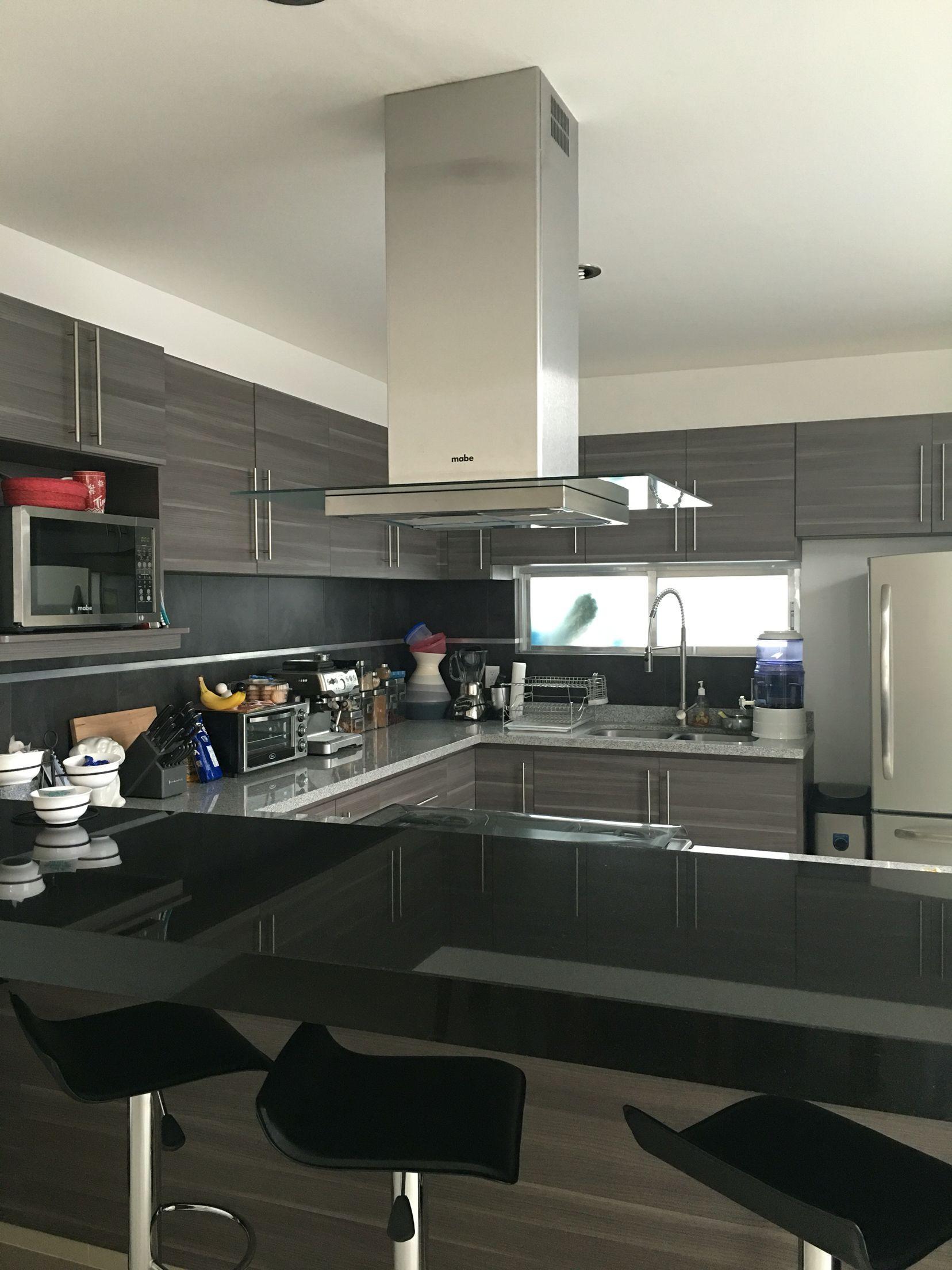 Cocina integral con barra de granito bicolor cocinas for Cocinas integrales modernas con barra
