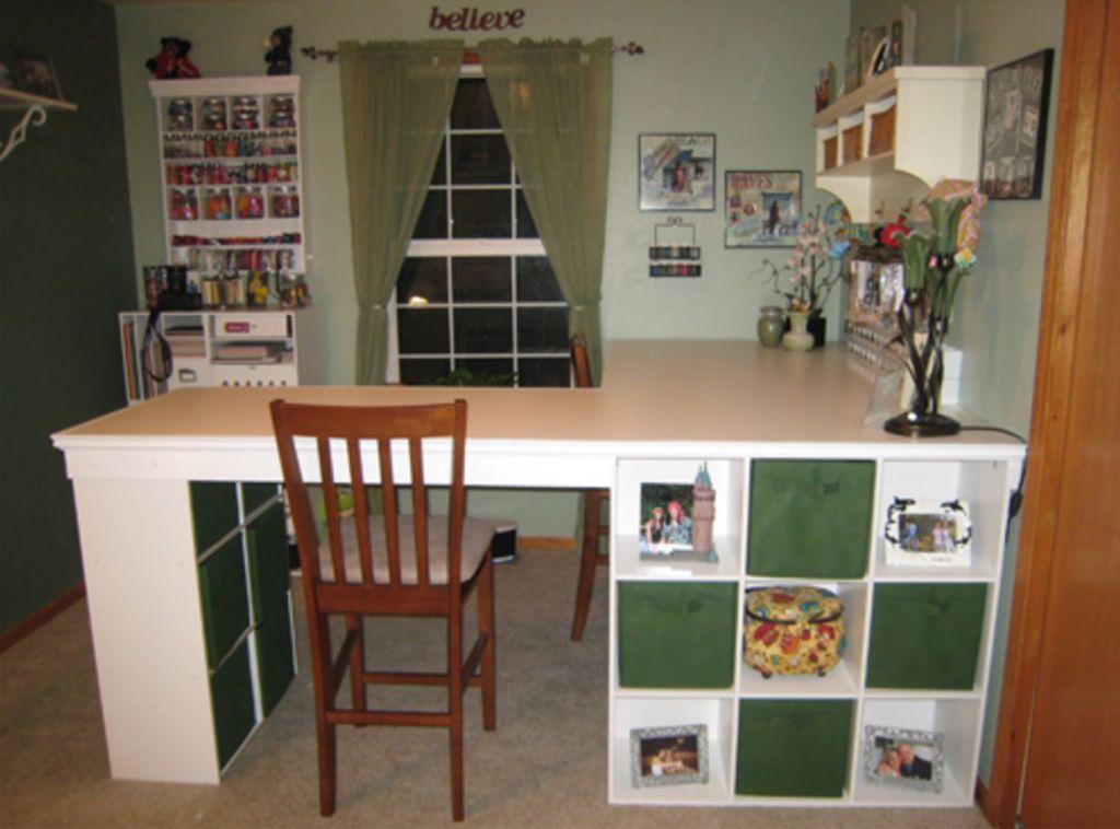 Il raccorde étagères ikea avec des planches et en fait le meuble