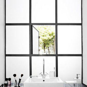 une salle de bain noire avec verrière opaque | Projet Stalingrad en ...