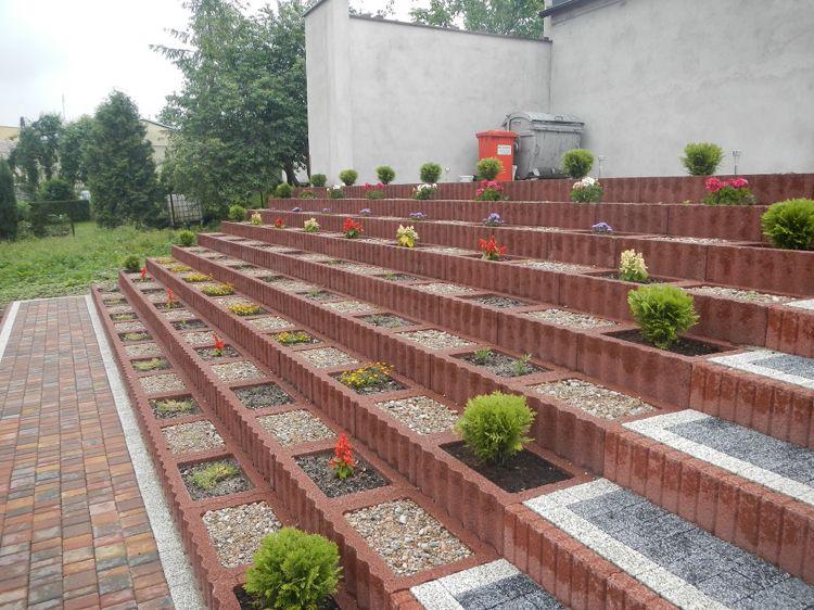 pflanzsteine setzen bepflanzen rechteckig terrassiert garten stufen hanglage gartengestaltung. Black Bedroom Furniture Sets. Home Design Ideas