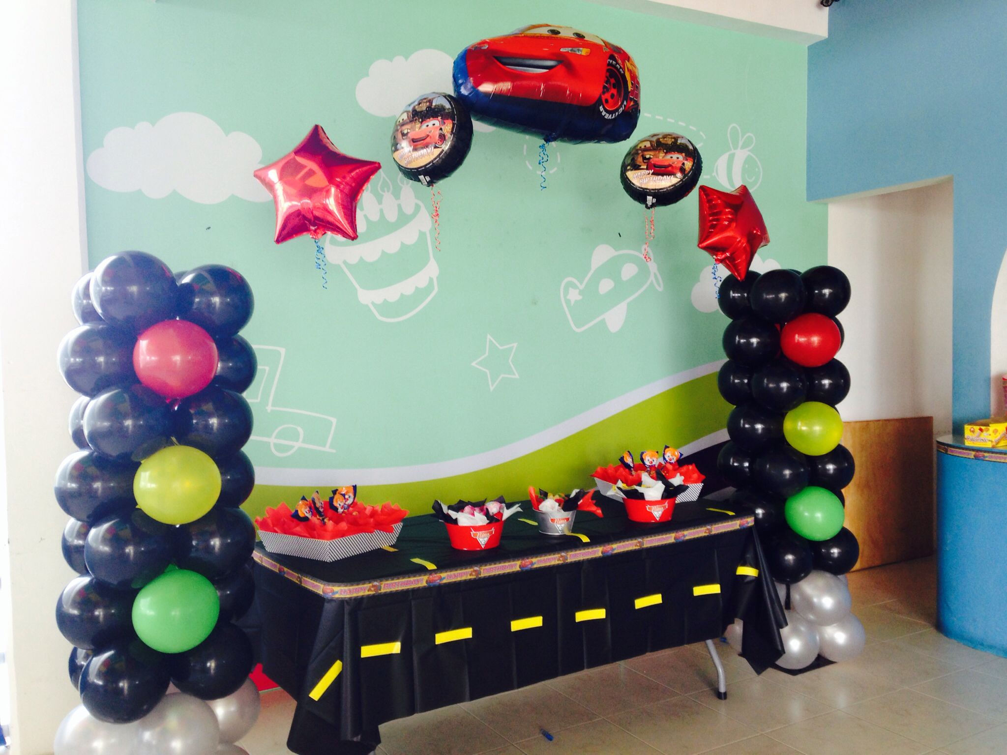 Cars balloons arch cars balloon decorations cars party for Birthday balloon ideas