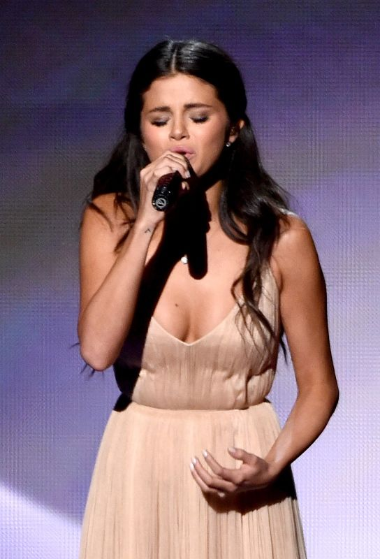 Selena Gomez's heartbreak performance at the American Music Awards ...