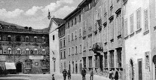 Piazza Scalelle, inizio del '900. A destra, l'edificio nello sfondo è Palazzo Zacchini. La casa bianca a destra fu demolita nel 1928 per costruire il palazzo del Credito Romagnolo.