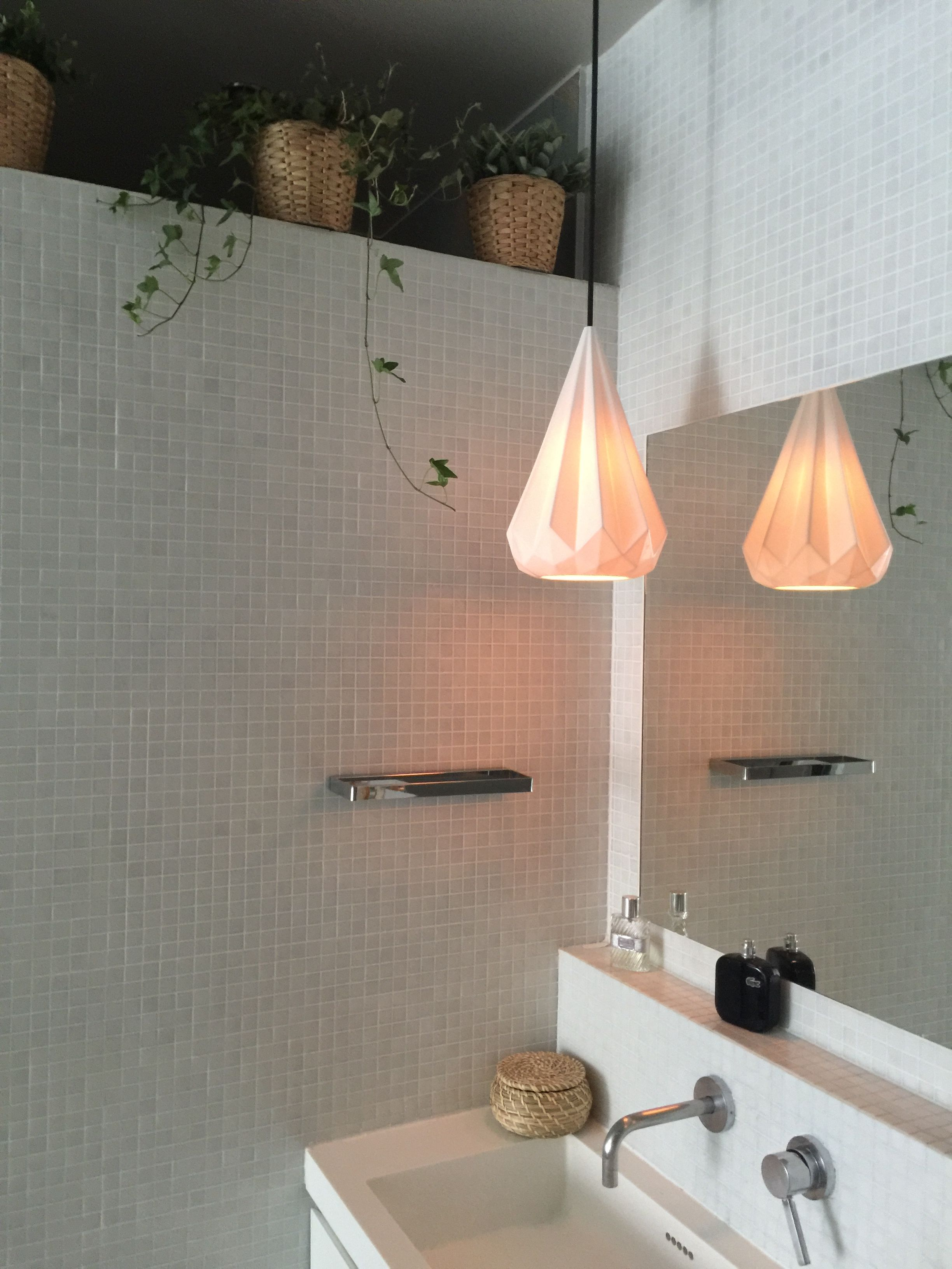 White bathroom. Une salle de bain Zen Suspension Original ...