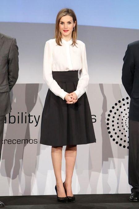 ae91c1b7e6 La Reina Letizia  style  midi  skirt  black  white  stilettos  blouse   fashion  woman  queen  spain  1