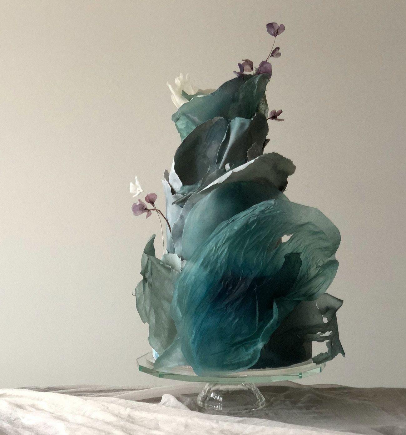 Hochzeitstorten schwarz Major Moves 12 Gorgeous Wedding Cakes with Movement  Green Wedding Shoes