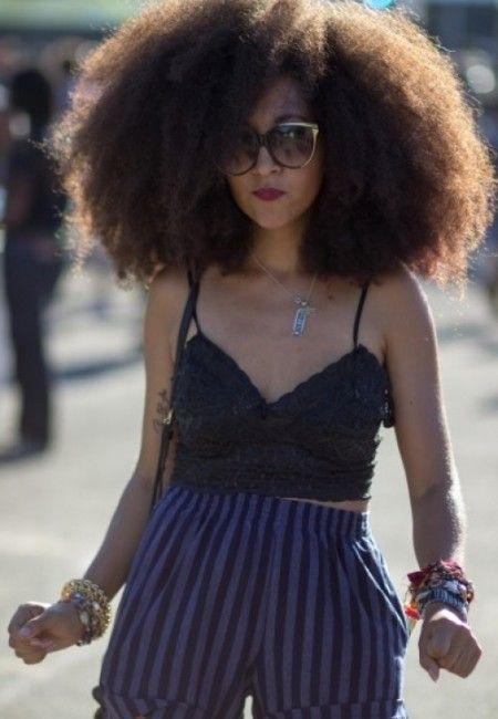 verrückt aussehende schwarze Frau