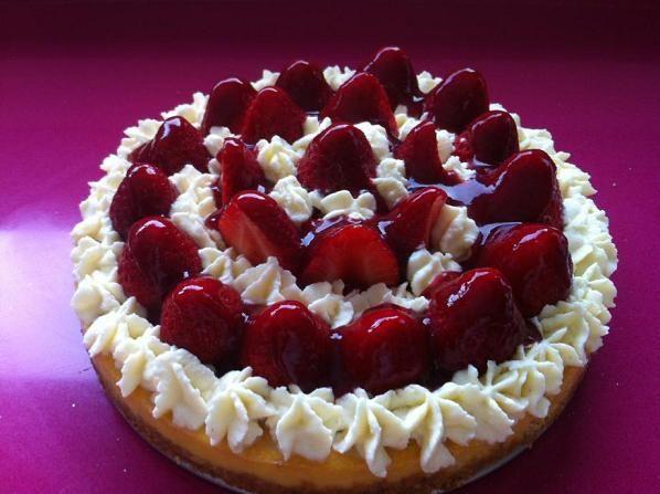 Puede encontrar la receta en: http://www.misrecetas.com/recipe/cheesecake-de-fresas-y-chantilly/
