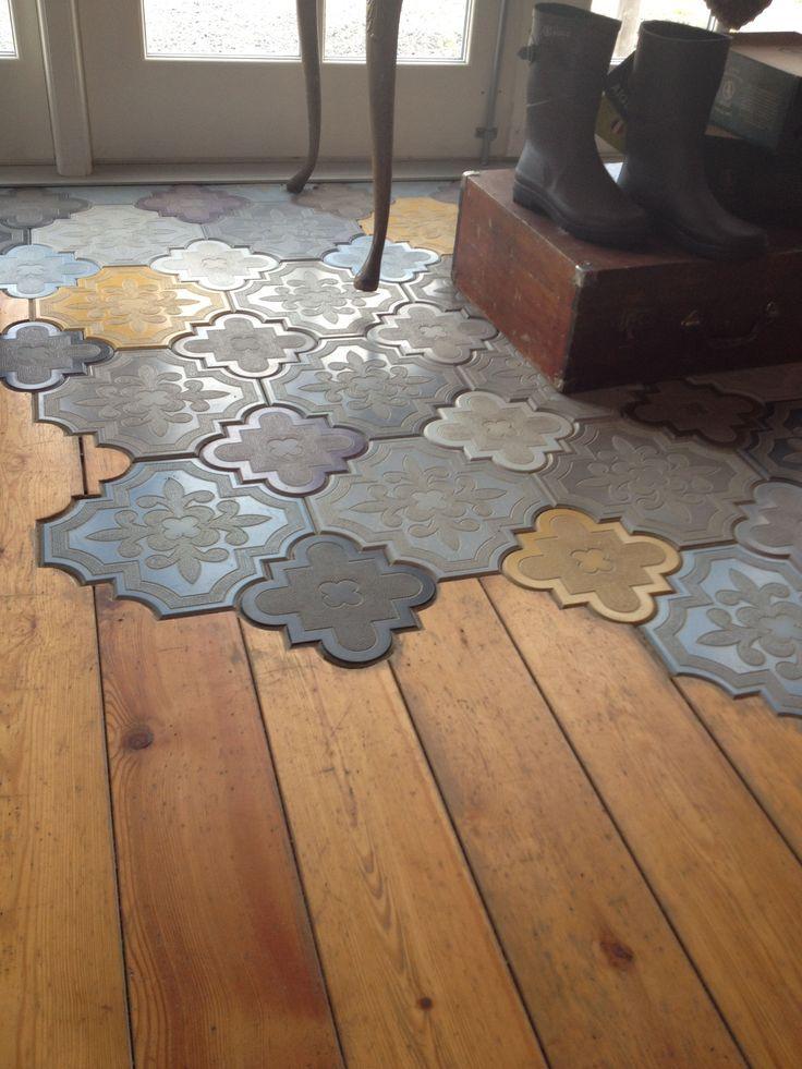 Das Mischen Von Bodenmaterialien Auf Einer Anderen Ebene Mit Kompliziert Gemusterten Fliesen In Arabeskenform Die Zusammen Mit Boden Fliesen Ideen Bodenbelag
