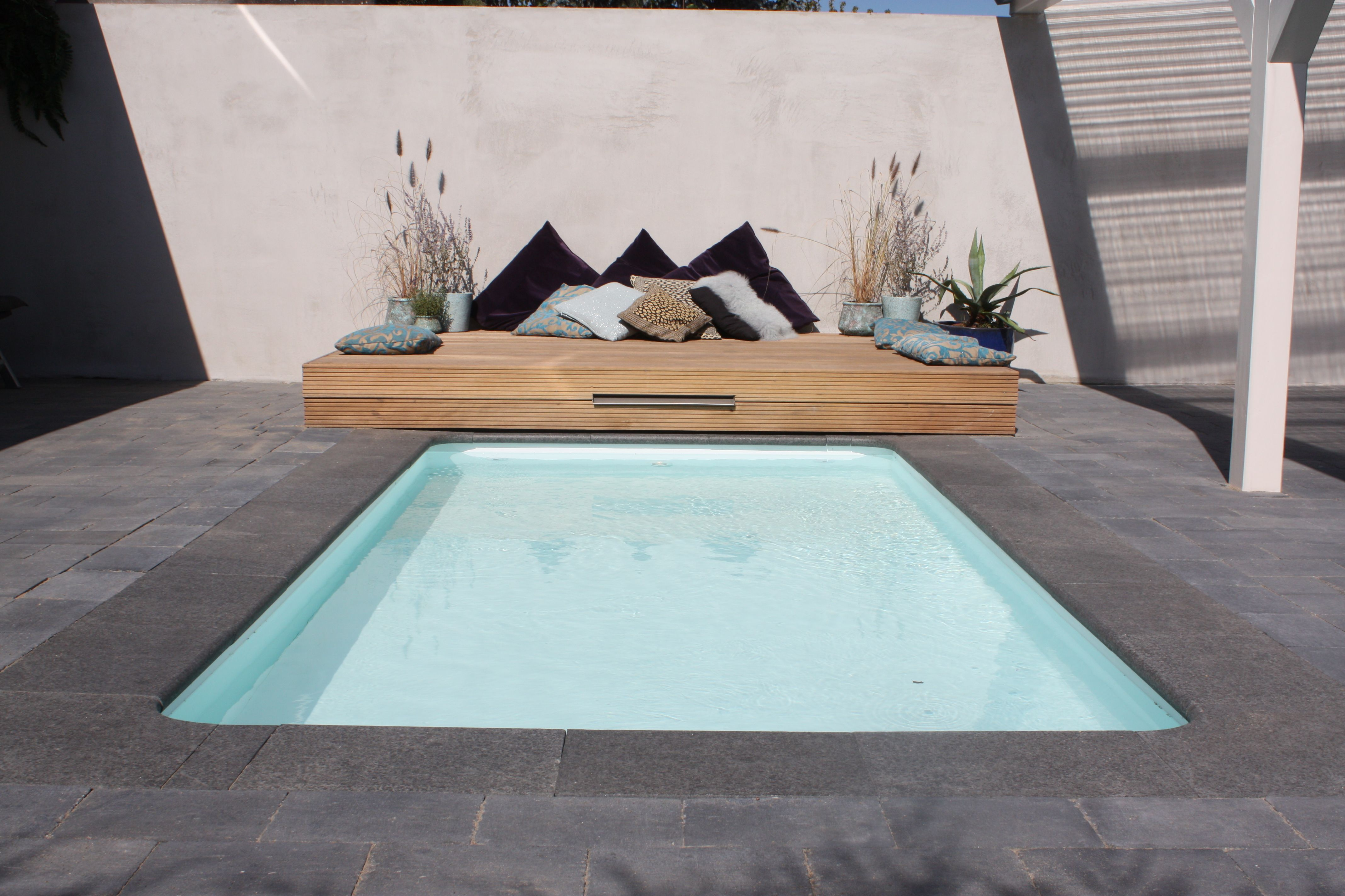 Klein zwembad met strakke uitstraling ons huis for Klein zwembad