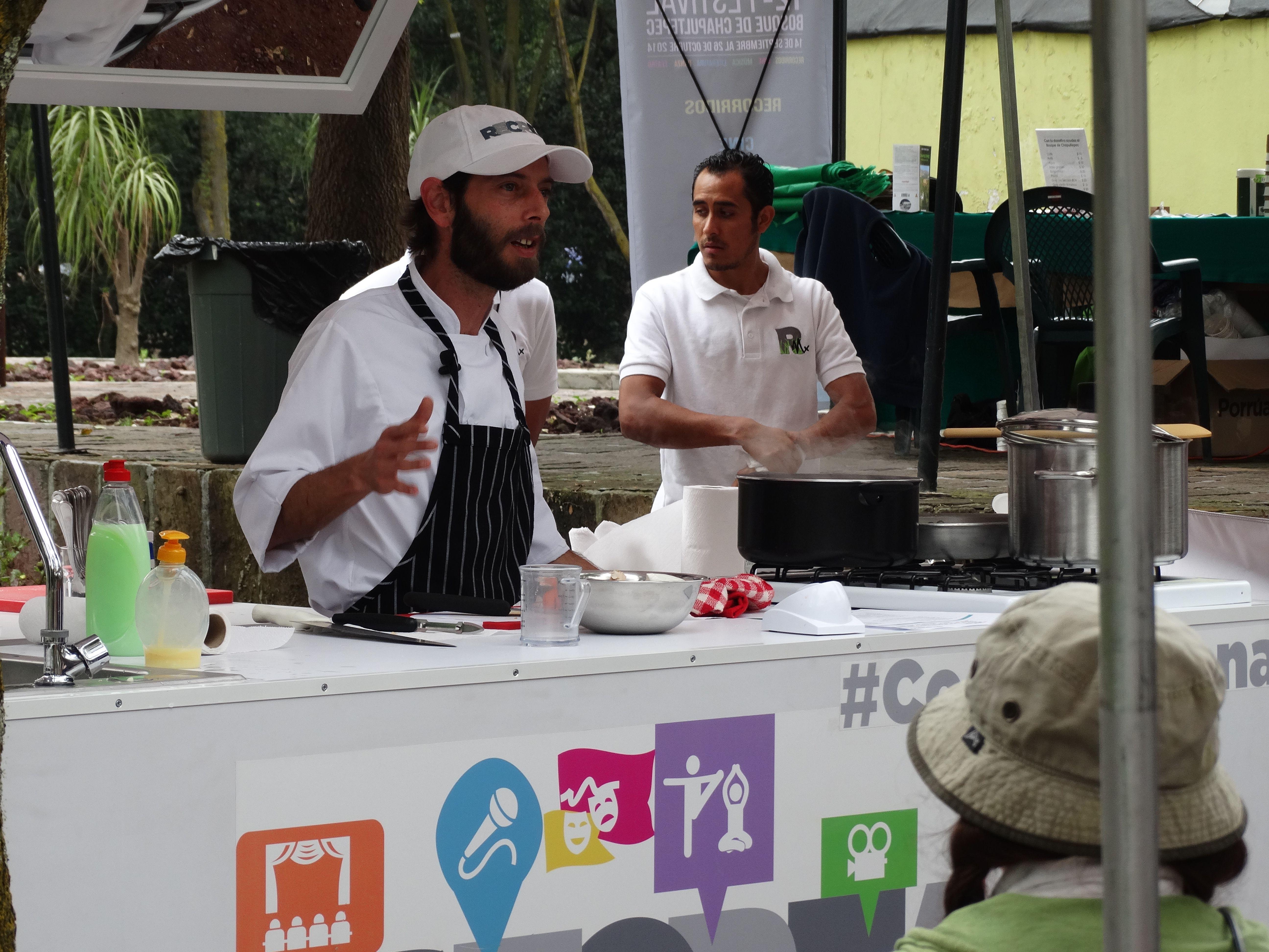 Clases de cocina al aire libre en el Jardín de Adultos Mayores ...