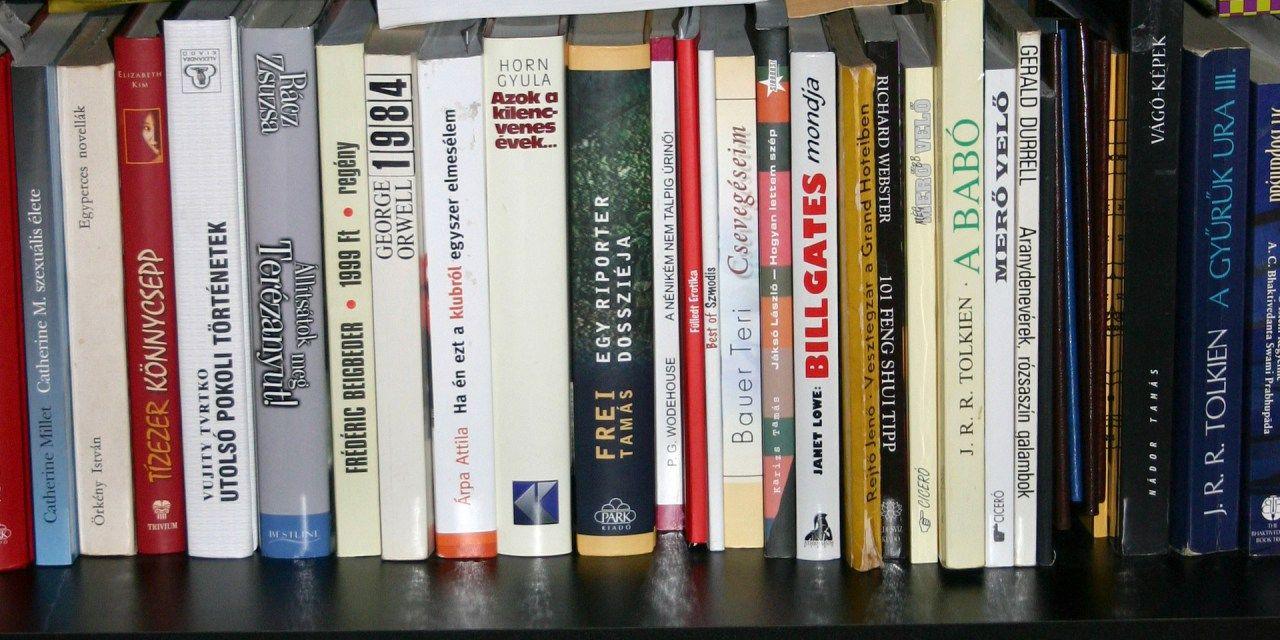 Investing Books & Finance Bookshelf