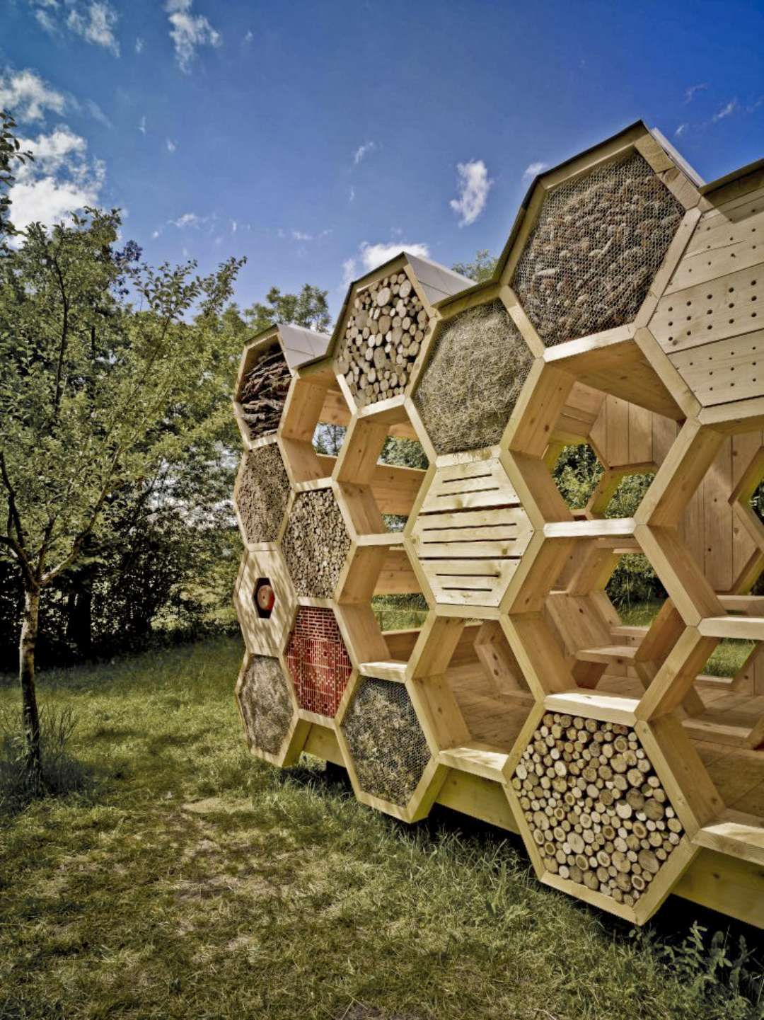a hotel for bees, a support of reflexion for men. the outside, Gartengerate ideen