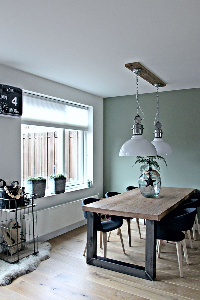 Een leuk contrast tussen de vergrijsd groene muur, het hout en de ...