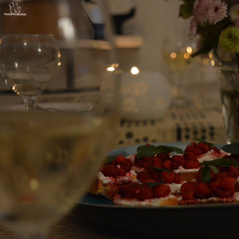 One Evening.... Raspberry & Wine #winenight #winelovers #friends #wineanddine #bruschetta #ghoatcheese #raspberry #mint #whitewines #rosewines #pinotnoir #goodwinesandtimes