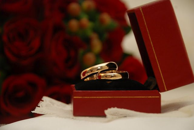 Gold wedding ring (side view)