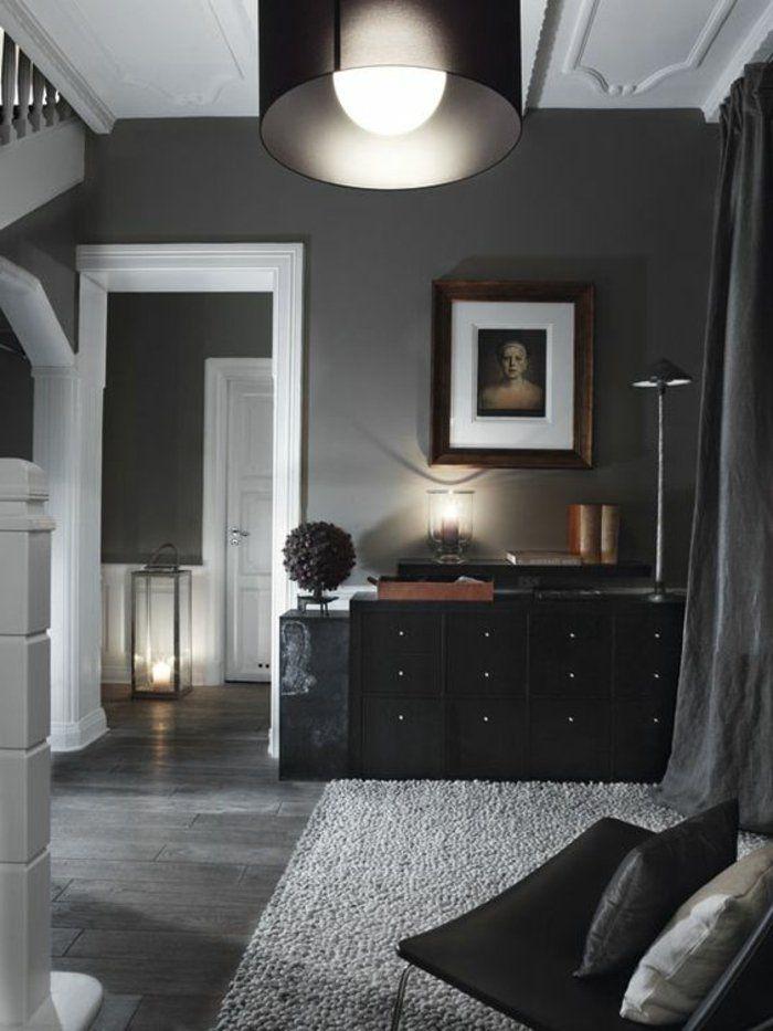 graues Zimmer graue Wände, schwarze Regale und ein Stuhl gute
