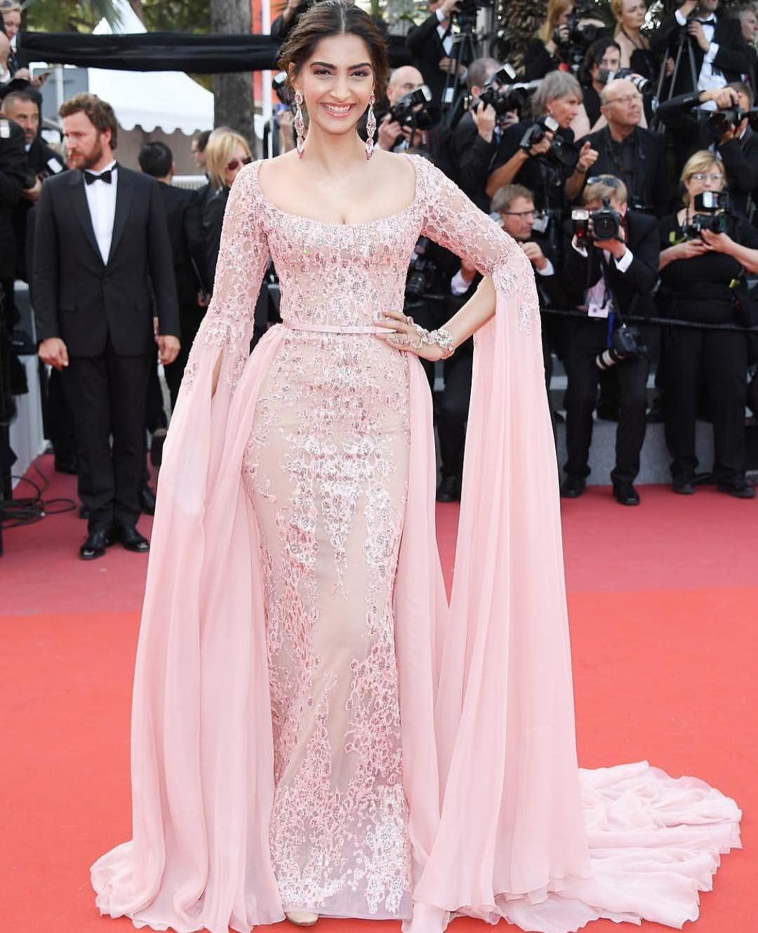 Absolutely flawless @sonamkapoor lights up the red carpet like she ...