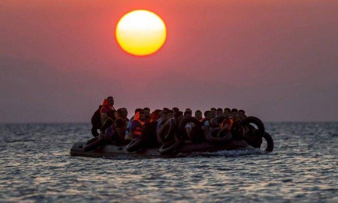 Imigrantes ilegais chegam em botes à ilha grega de Kos depois de uma arriscada travessia a partir da Turquia. O país se tornou o principal ponto de desembarque para refugiados que tentam chegar à Europa em busca de uma vida melhor