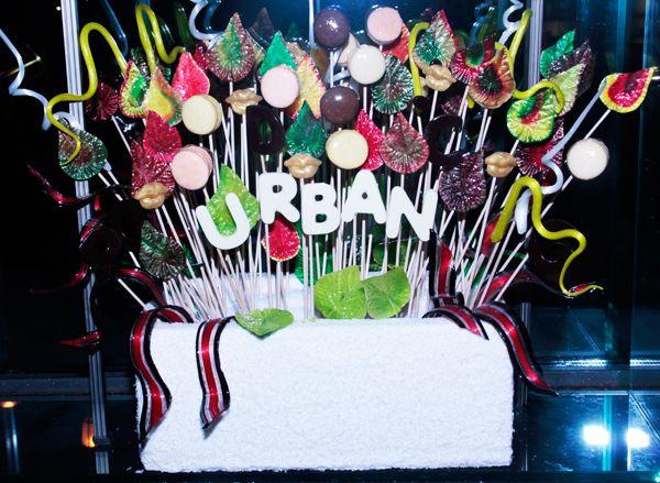 Pinche aquí para ver la siguiente foto. Bañarse en chocolate, tener un jardín con flores de caramelo, ir al espacio en un cohete de bizcocho o explorar la galaxia sobre un bombón. Cualquier sueño puede hacerse realidad en el mundo de Christian Escribá, una verdadera fábrica de deseos que nada tiene que envidiar a la de Willy Wonka, y donde nuestras peticiones se convierten en deliciosos pasteles. Durante los próximos tres meses, una pequeña muestra de este universo dulce puede disfrutarse…