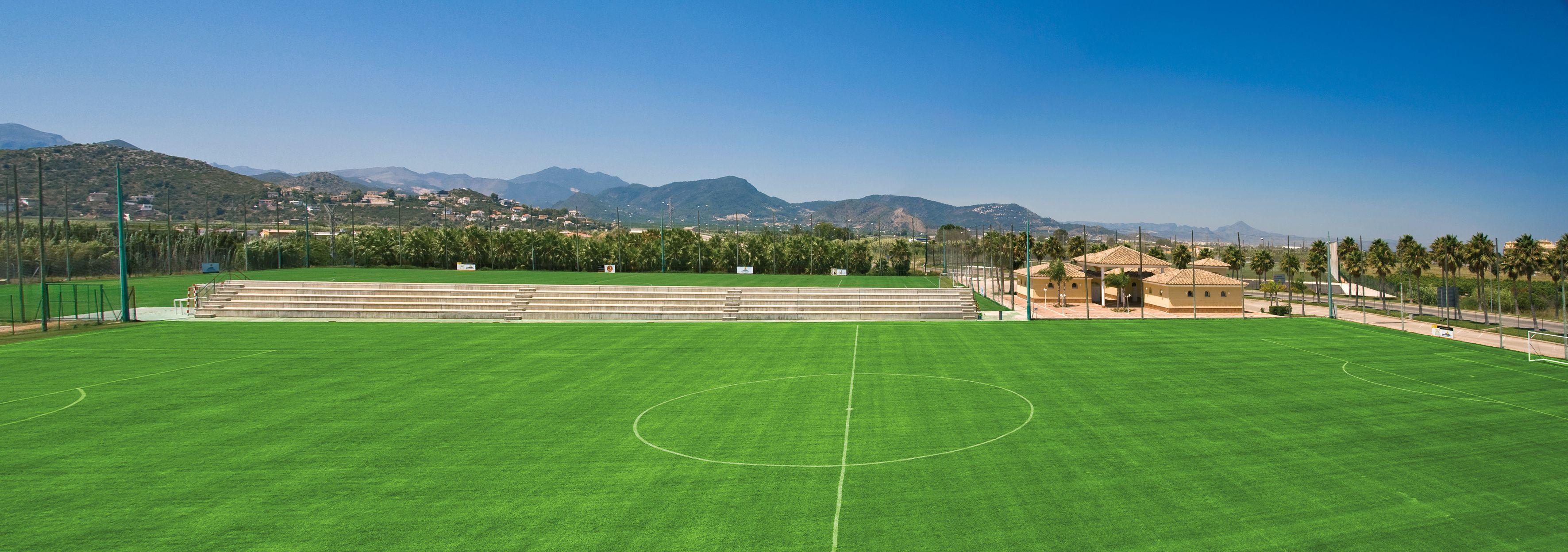 Nuestros cuatro campos de fútbol, de césped natural y medidas oficiales Fifa, son el escenario ideal para sesiones de entrenamiento y partidos amistosos.