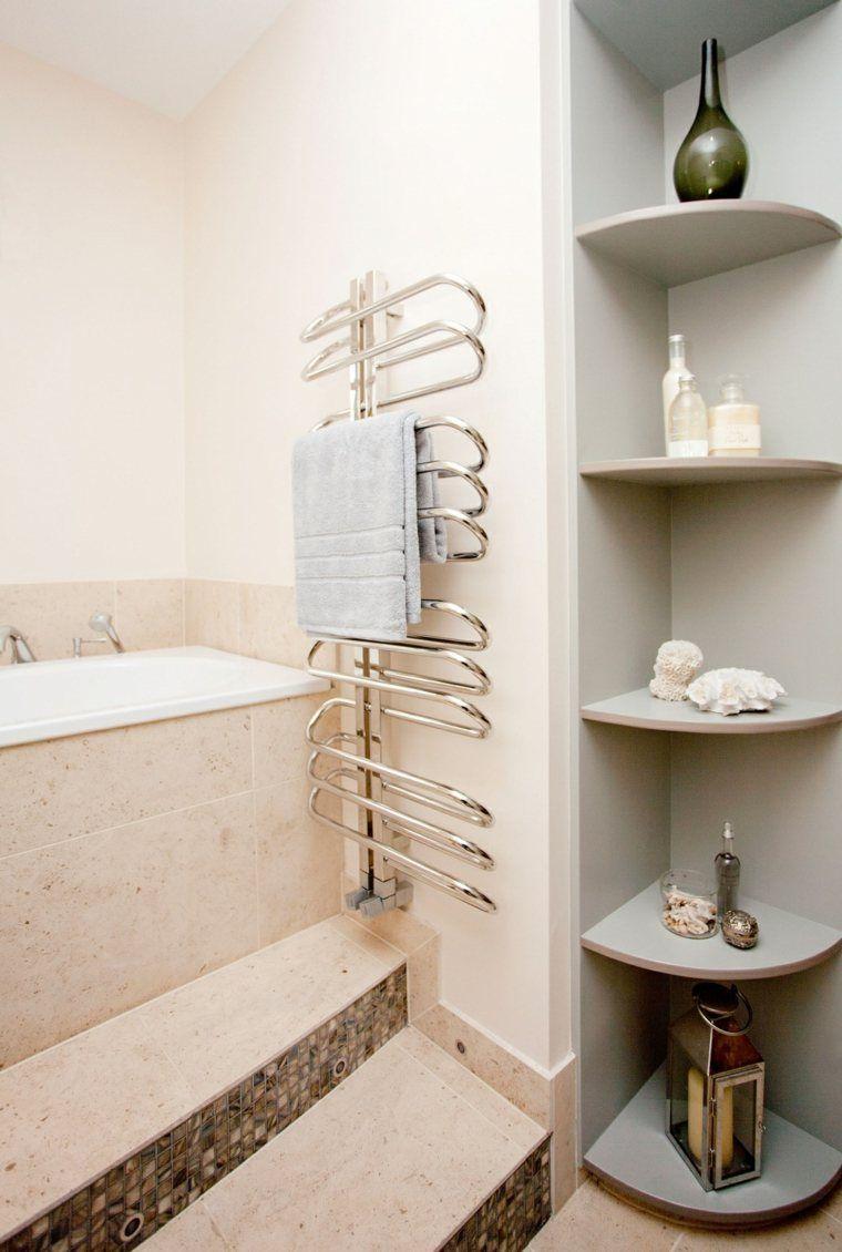 Les Plus Belles Etageres De Salles De Bain Le Gain De Place Stylise Etagere Angle Salle De Bain Salle De Bain Agencement Salle De Bain