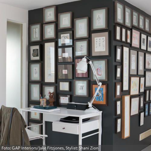 eine bilder wand am arbeitsplatz inspiriert und motiviert ob familienfotos selbsgemaltes oder. Black Bedroom Furniture Sets. Home Design Ideas