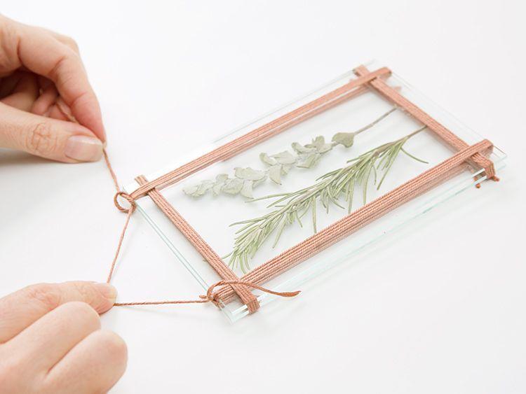 DIY-Formel: Bildhalter Glas zu Händen getrocknete Blumen selbst zeugen via DaWa…