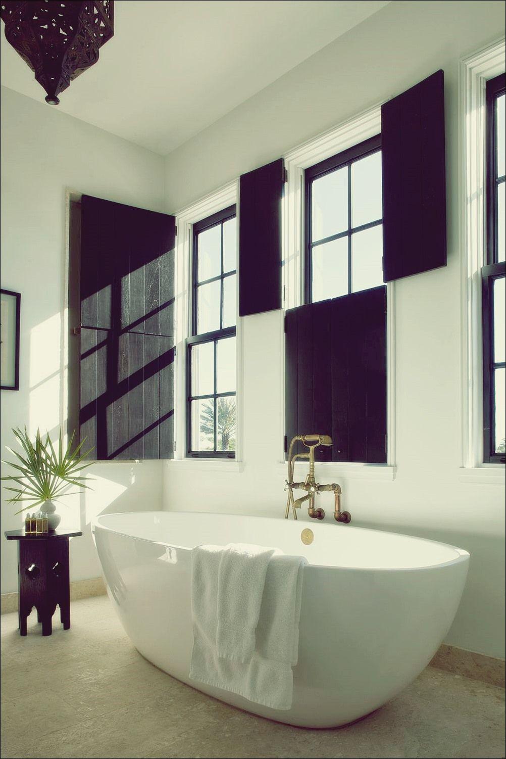 So Finden Sie Das Richtige Badezimmerfenster Fur Ihren Stil Bad Deko Badezimmer Fenster Ideen Badezimmer Schwarz Badezimmer Beige