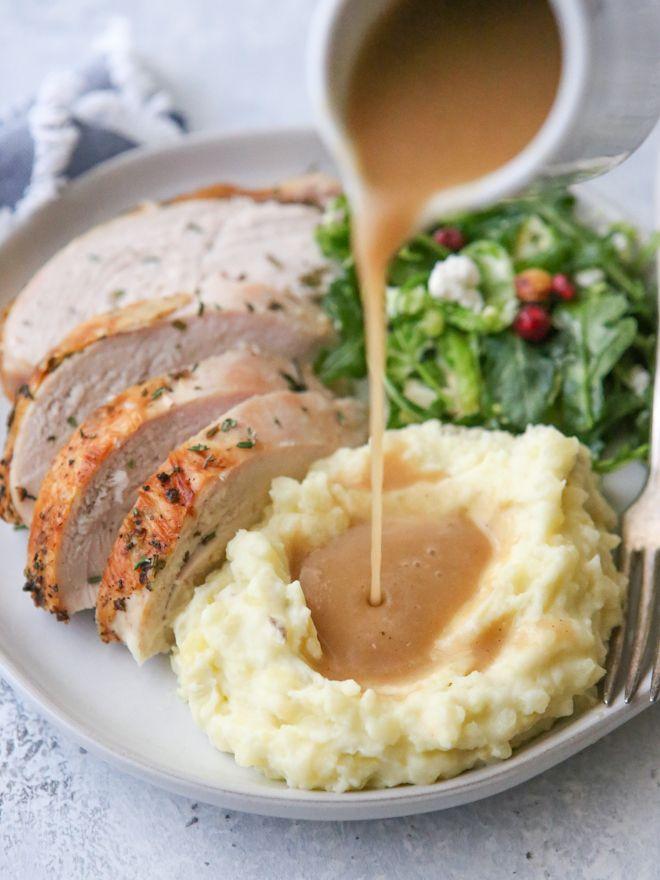 Homemade Turkey Gravy - Completely Delicious #turkeygravyfromdrippingseasy