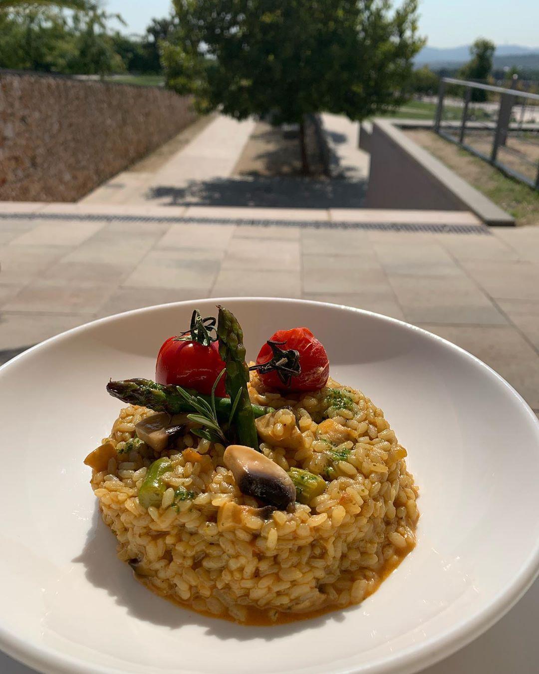 Hoy Jueves toca arroz de espárragos y champiñones como plato del día en @lacapella_cangambus 🌱🌱🌱💚💚💚!!! . . . . . . .