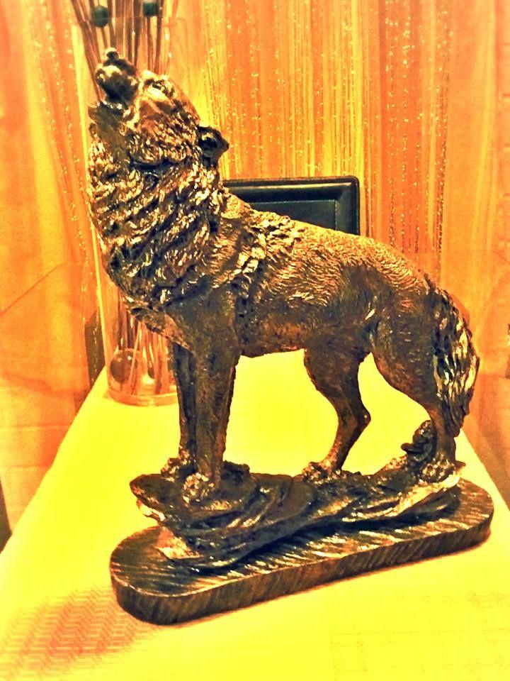 Lobo dorado Autor: Amelifes  Lobo dorado Autor: Amelifes Estatuilla de arcilla blanca cubierta de diferentes baños de acrílico dorado, trementina y resina.