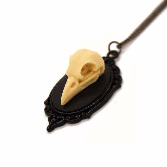 Camafeu de esqueleto de cabeça de ave em resina  Tamanho da corrente: 42cm  Tamanho do pingente: 2,5cm largura R$ 39,00