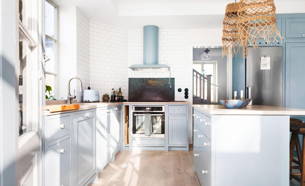 Photo of Kjøkkenet er renovert i ristestil med enkelt designspråk og bohemsk berøring