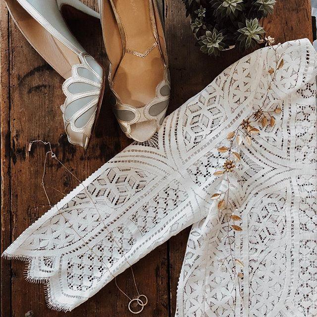 Boho Hochzeit mit Brautjacke und Brautschuhen #brautschuhe ...